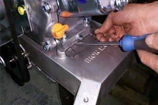 Регулировка натяжения ремня мотобура Iron Mole C-7